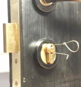 Как аварийно открыть дверной замок?