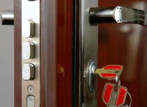 zamena-zamka-v-metallicheskoy-dveri_2