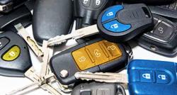 вызвать службу аварийного открытия машины